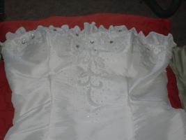 Foto 4 Hochzeitskleid ohne Reifrock, Schulterfrei mit Stola
