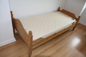 Holzbett aus Kiefer ca. 90x190 cm  mit Federholzrahmen ''Cortina'' und Matraze