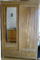 Holzkleiderschrank mit dem Spiegel