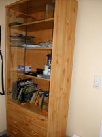 Holzschrank mit Glastüren
