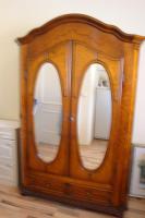 Holzschrank, honigfarben mit Spiegeleinsatz in Türen
