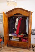 Foto 2 Holzschrank, honigfarben mit Spiegeleinsatz in Türen