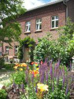 Idyllischer denkmalgeschützter Vierkanthof in waldrandnahem Dorf