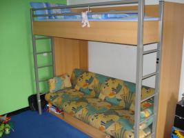 Jugendhochbett mit ausziehbarer Couch