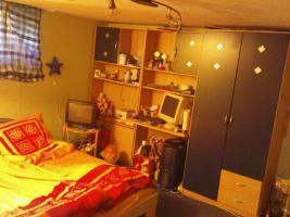 Foto 4 Jugendzimmer in Buche mit blauen Fronten