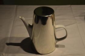 Kaffeekanne mit silberfarbenem Wärmeüberzug