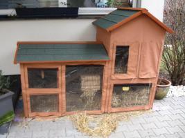 Kaninchenstall mit Heuraufe und Schutzhülle