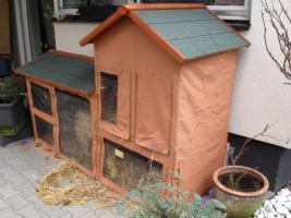 Foto 2 Kaninchenstall mit Heuraufe und Schutzhülle