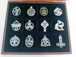 Foto 2 Keltische Amulette in Holzschatulle