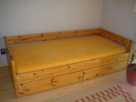 Kieferholzbett massiv, L�nge 2 m, Breite 1 m, Bettkasten Massivholz, ausziehbar in einem St�ck, sehr gut erhalten,