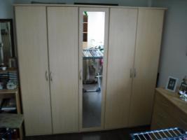Foto 3 Kleiderschrank und 2 Matratzen
