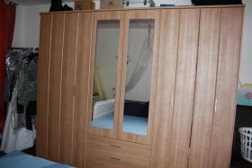 Kleiderschrank mit Bett und Nachtkaestchen