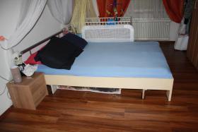 Foto 2 Kleiderschrank mit Bett und Nachtkaestchen