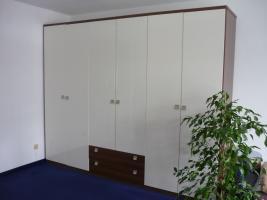 Kleiderschrank, 6-türig, hochglanz-weiß - Nussbaum, 2 Schubladen, wie neu