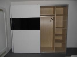 Foto 3 Kleiderschrank, Bett, Nachttisch-modernes Design–Alles neuwertig!