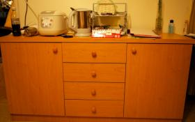 Foto 2 Kleiderschrank, Kühlschrank, Einzelbett, Sofa, Teppich