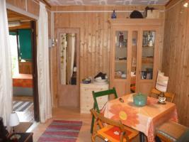 Foto 3 Kleiner Holzbungalow mit integriertem Wohnwagen
