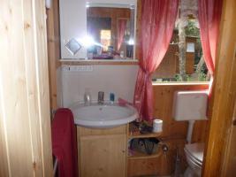 Foto 5 Kleiner Holzbungalow mit integriertem Wohnwagen