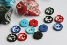 Knopf mit Anker, 60 Knöpfe, versch. Farben (rot, schwarz, blau, türkis), Kunststoff, ca. 15 mm, zweiloch
