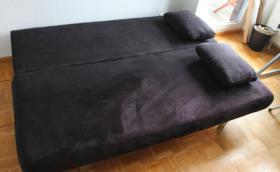 Foto 2 Komfortables Doppelschlaf-Sofa (schwarz) mit hellen Kissen