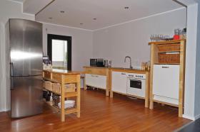 Komplette Küche mit E-Geräten, Sideboard und Wandregal