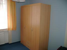 Komplettes Kinderzimmer mit 2 Kinderbetten, Schrank und Wickelkomode
