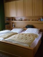 Komplettes Schlafzimmer (Bett, Schrank, Nachttische, Oberschränke) zu verkaufen!