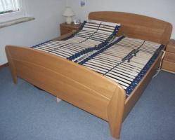 Komplettes Schlafzimmer aus Massivholz inkl. 2,10m Bett + Motorrahmen, Kommoden, Schrank, Nachttisch