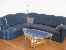 Komplettes Wohnzimmer mit Fernseher und DVD-Player