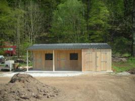 Foto 3 Kpl. Pferdestallanlage m. gr. Scheune und Vordach der eigene Stall
