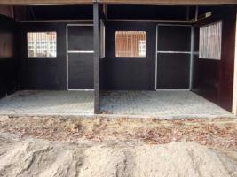 Foto 4 Kpl. Pferdestallanlage m. gr. Scheune und Vordach der eigene Stall
