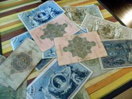 Foto 4 Krüge, Teller, alte Münzen und Geldscheine usw