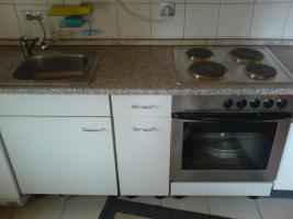 Küche mit E-Herd und Spüle
