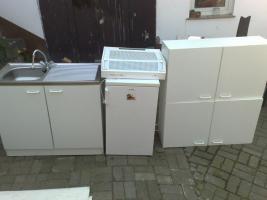 Küche mit Spüle,2 Hängeschränke, Dunstabzugshaube und Kühlschrank