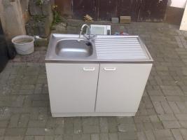 Foto 2 Küche mit Spüle,2 Hängeschränke, Dunstabzugshaube und Kühlschrank