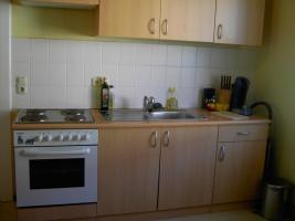 Küchenzeile mit Geräten in sehr gutem Zustand