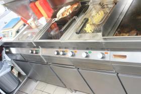 Foto 2 Küchenzeile für Imbiß : 2 Griddlplatten , 1Doppelfritteuse, 1Cerankochfeld, 2Bainmarie, Unterschränke und Abzugshaube alles Edelstahl