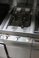 Foto 4 Küchenzeile für Imbiß : 2 Griddlplatten , 1Doppelfritteuse, 1Cerankochfeld, 2Bainmarie, Unterschränke und Abzugshaube alles Edelstahl