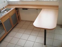 Foto 2 Küchenzeile inkl. Einbaugeräte und Tresen, rotbuche/anthrazit