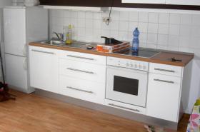 Küchenzeile in weiß, mit Birken Arbeitsplatte + Kühlschrank von AEG