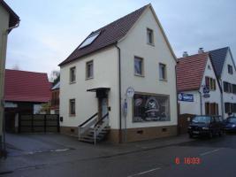 Ladenfläche mit großem Schaufenster