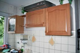 Landhausküche mit Herd und Kühlschrank