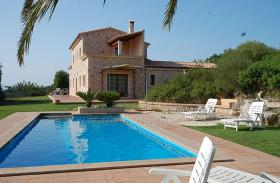 Langzeitvermietung Mallorca: Neuwertige 220 m2 Naturstein Finca mit Pool in erh�hter Panoramalage von Son Macia