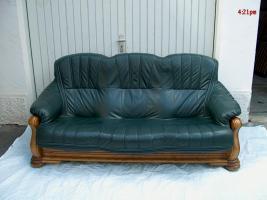 Leder-Couch-Garnitur in dunkelgrün mit zeitlosen Eiche-Echtholz-Gestell