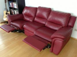 Foto 2 Ledercouch rot, 3-Sitzer, mit Relaxfunktion - gebraucht - wie neu - NP € 1.000, -- zu verkaufen, VB: pro Couch € 350, --