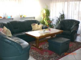 Ledereckgarnitur 2/3 Sitzer, Sessel, Hocker und Tisch