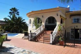 Luxus-Villa in einem ruhigen Wohngebiet in Spanien