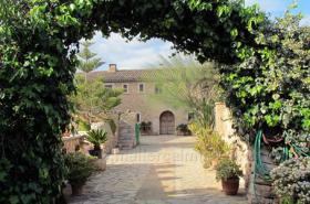 Mallorca Immobilien Langzeitmiete: Antike renovierte Naturstein Pool Finca mit 5 Schlafzimmern in Santanyi