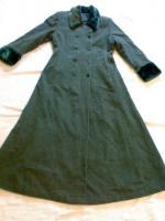 Mantel grau, mit Pelzkragen und Saum an den Ärmel Gr. 40;