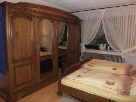 Massiv Schlafzimmerschrank mit Kommode